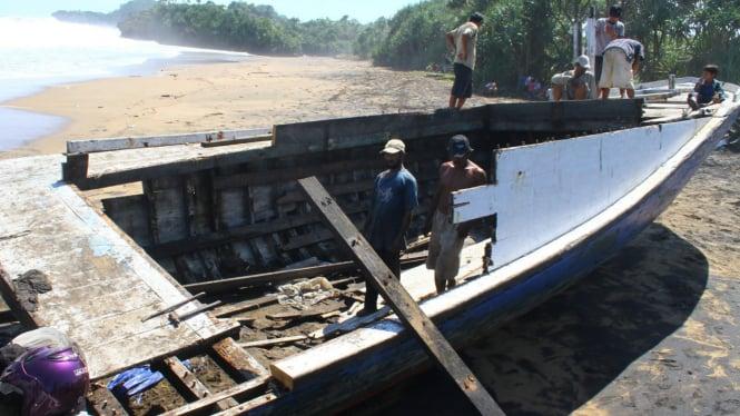 Kapal imigran Afghnistan yang terdampar di Pantai Wonogoro, Malang