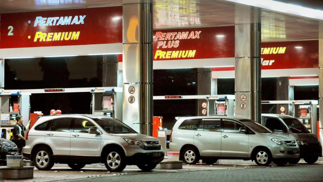 Rencana pembatasan BBM, petugas SPBU melayani pembeli