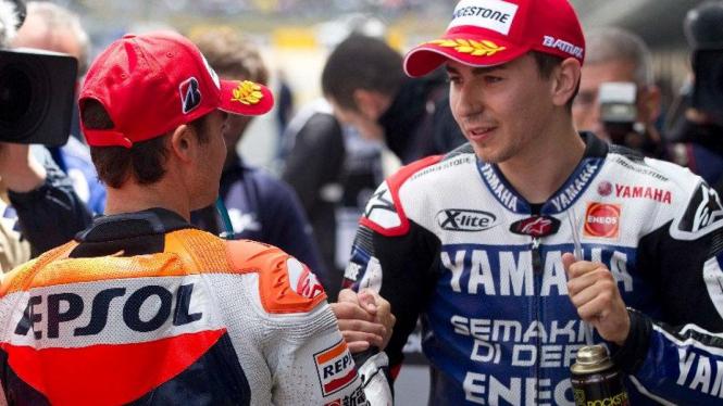 Jorge Lorenzo bersalaman dengan Dani Pedrosa di Sirkuit Jerez