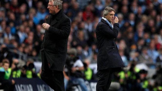 Roberto Mancini (kanan) dan Sir Alex Ferguson saat Derby Manchester