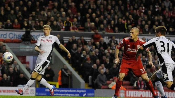 Martin Skrtel (merah) melakukan gol bunuh diri saat Liverpool melawan Fulham