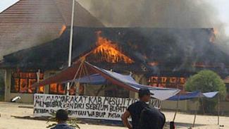 Kantor Bupati Mesuji, Lampung, dibakar