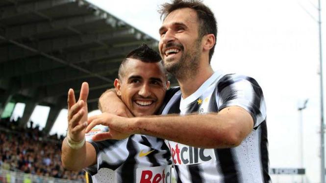 Mirko Vucinic (kanan) dan Arturo Vidal