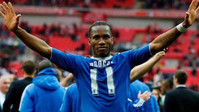 Penyerang Chelsea, Didier Drogba, usai menjuarai Piala FA 2012