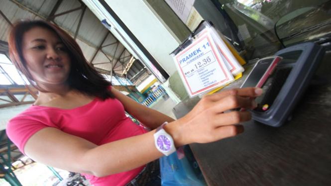 SIM card Tap-Izy keluaran Telkomsel untuk bayar tiket kereta api