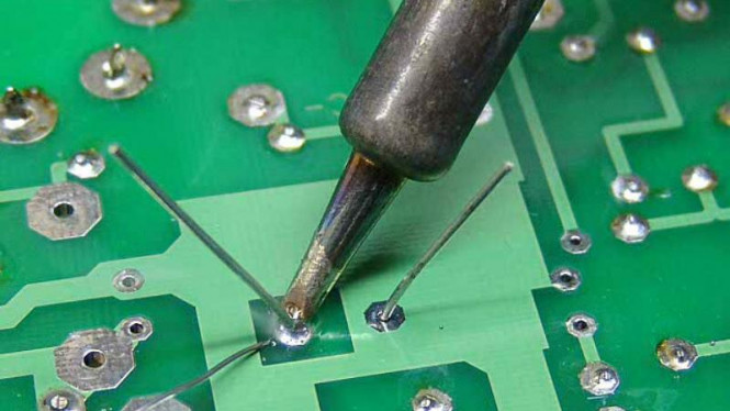 Proses solder pada rangkaian elektronik