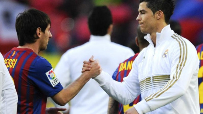 Penyerang Real Madrid, Cristiano Ronaldo (kanan), bersama Lionel Messi