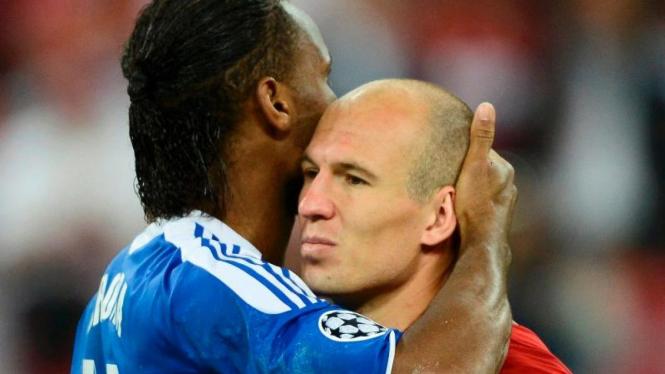 Pemain Bayern Munich, Arjen Robben, dipeluk Didier Drogba usai final Liga Champions 2012.
