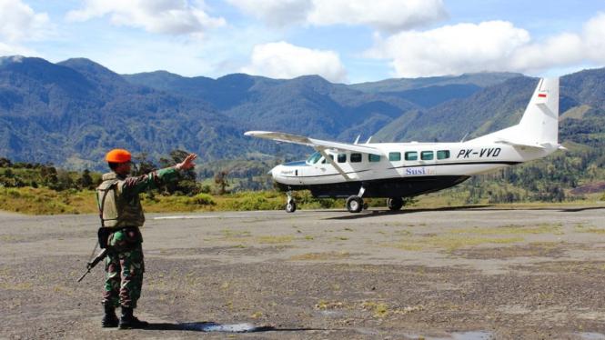 Ilustrasi/Paskhas TNI AU menjaga Bandara Sinak Illaga, Kabupaten Puncak Papua