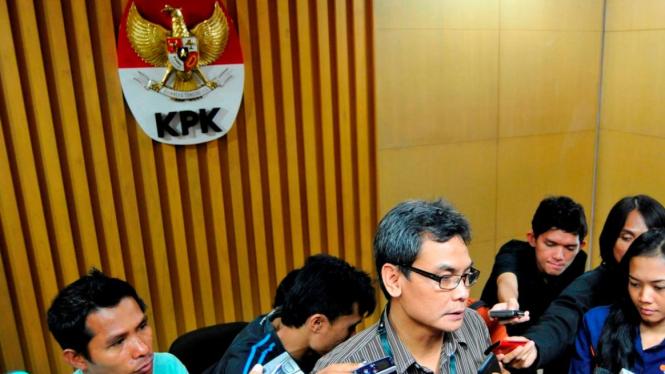 Juru bicara KPK Johan Budi SP menjawab pertanyaan wartawan