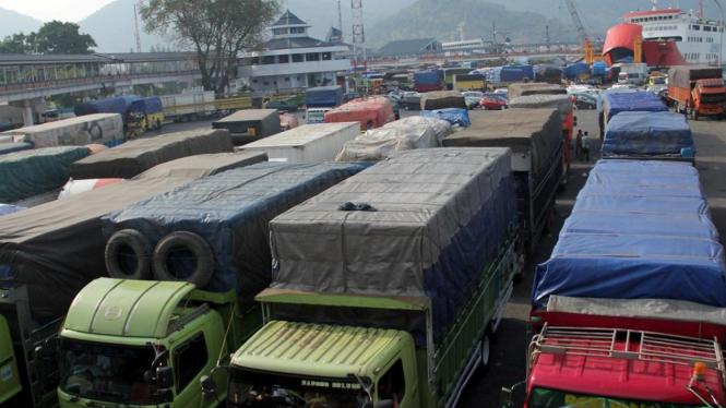 Truk antre di Pelabuhan Merak, Banten