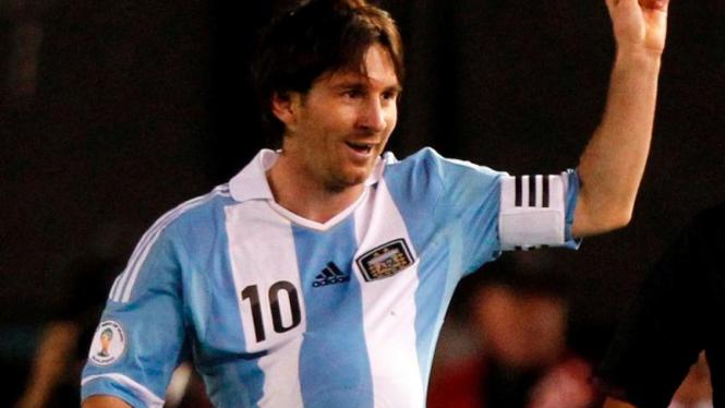 Lionel Messi memasukkan bola ke dalam jersey yang dipakainya
