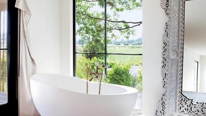 kamar mandi serba putih