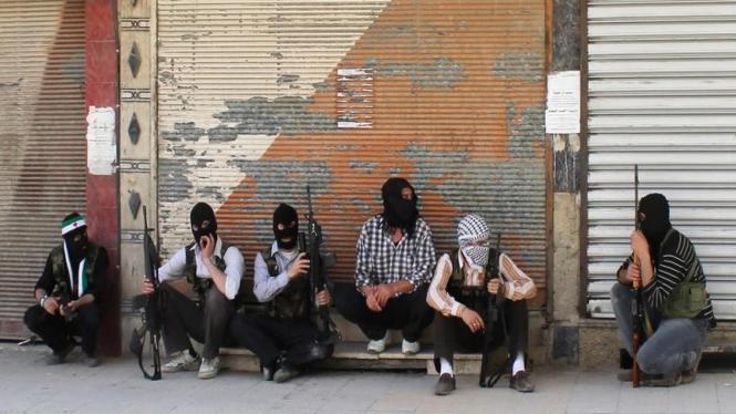 Milisi pemberontak Suriah dari Free Syrian Army berjaga-jaga di Damaskus di