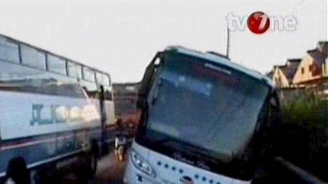 Bus Pariwisata Terperosok di Jalur Pantura, Jatim