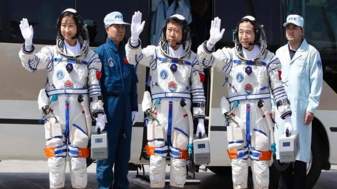 Tiga astronot China sebelum menjalani misi ke luar angkasa