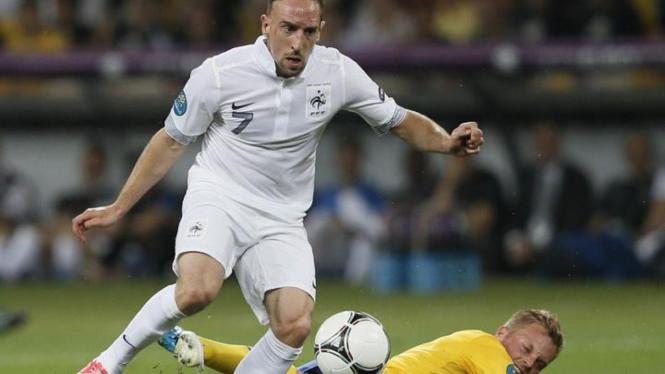 Franck Ribery (Prancis/kiri) dan Sebastian Larsson (Swedia)