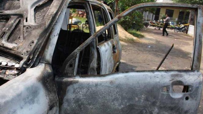 Mobil milik anggota DPRD Tangerang dibakar massa