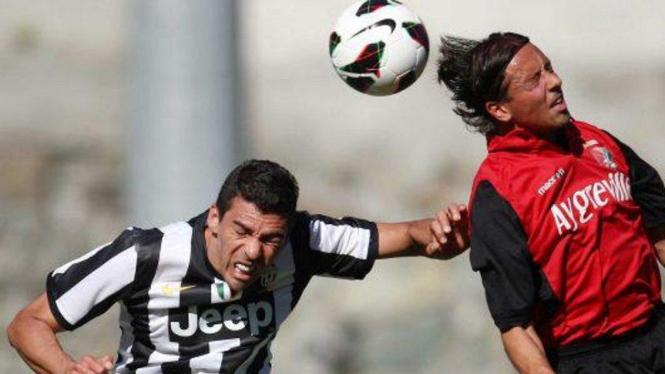 Lucio (kiri) melakukan penampilan pertama bersama Juventus