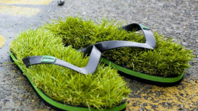 Sandal jepit beralas rumput sintetis.