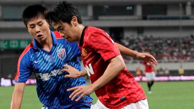 Shinji Kagawa (kanan) saat menghadapi Shanghai Shenhua
