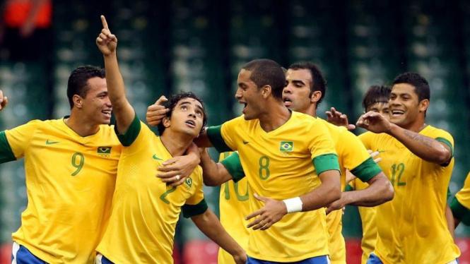 Pemain Brasil merayakan gol Rafael (2) saat lawan Mesir