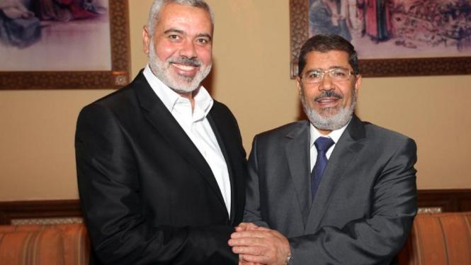 Pemimpin Hamas Ismail Haniyeh (ki) dan Presiden Mesir Mohamed Mursi (ka)