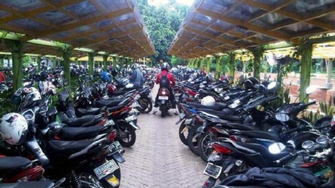 Tempat parkir sepeda motor
