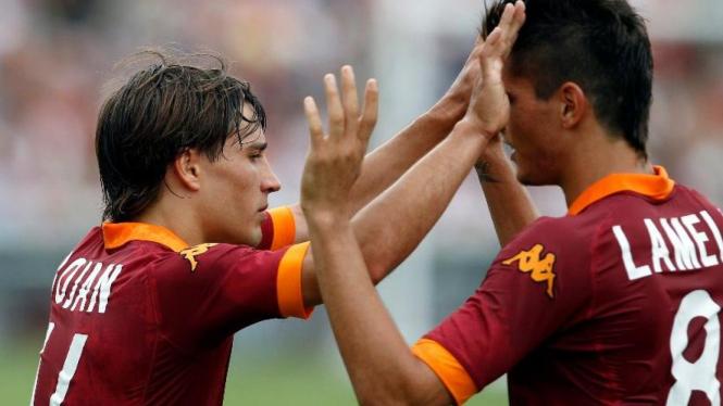 Pemain AS Roma, Bojan Krkic (kiri) dan Erik Lamela