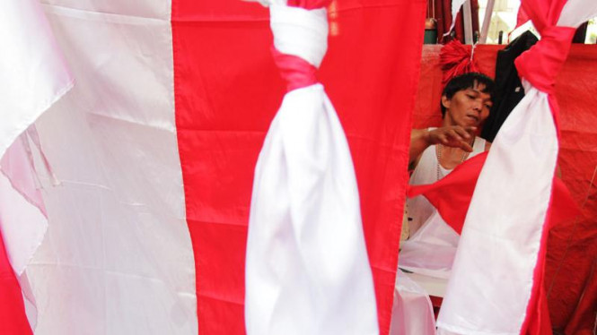 Penjual Bendera Musiman Menjelang HUT RI