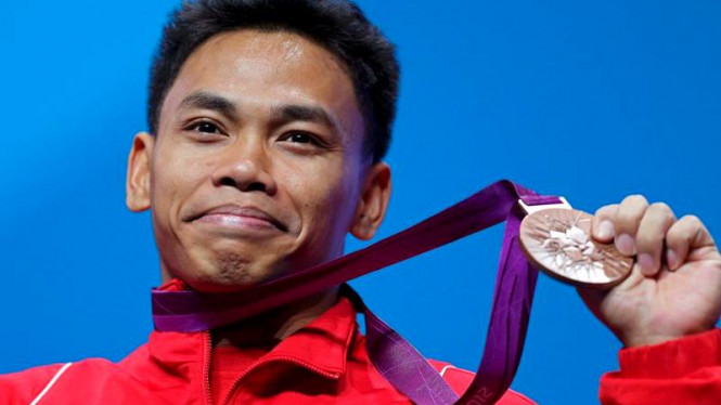 Lifter Indonesia, Eko Yuli Irawan, dengan medali perunggu Olimpiade 2012