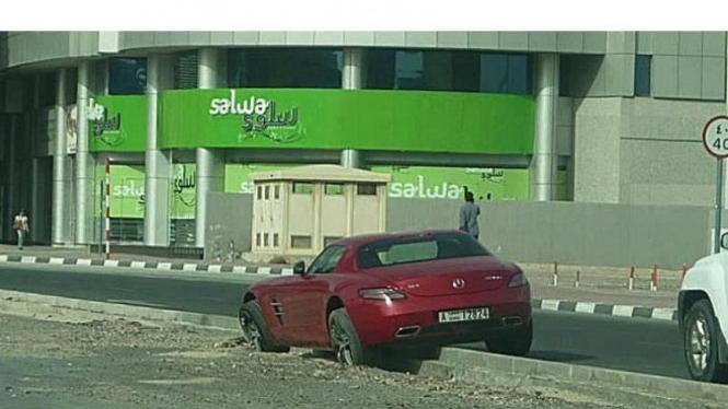 Mercedes-Benz SLS AMG mengalami kecelakaan di Dubai