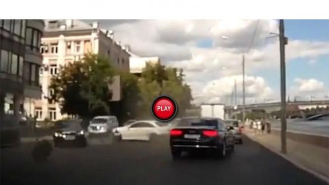 Kecelakaan yang melibatkan tiga mobil mewah di Rusia