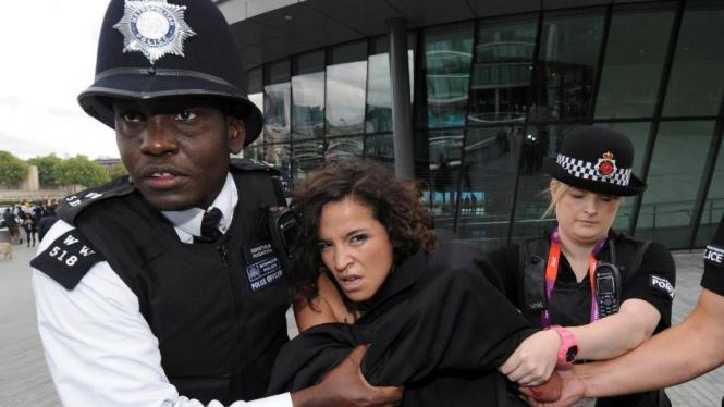 Aktivis Femen setengah bugil di Olimpiade London 2012