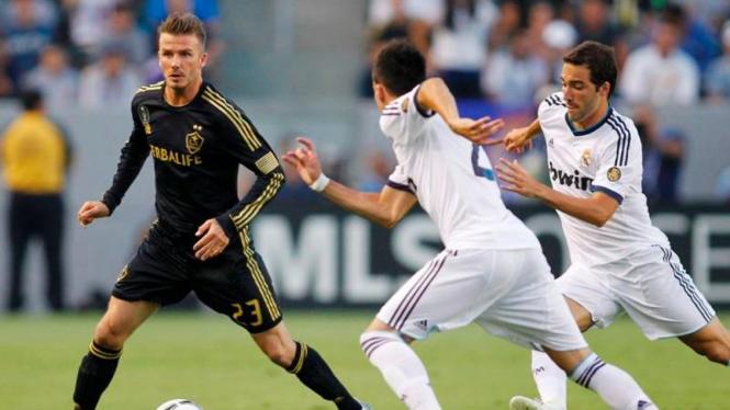 Pemain LA Galaxy, David Beckham, dikerubuti pemain Real Madrid