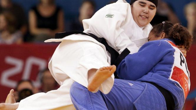 Wojdan Shaherkani (kiri) saat beraksi di Olimpiade