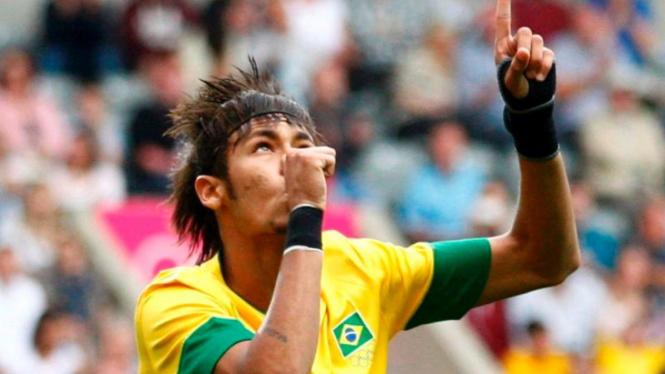 Pemain Brasil, Neymar, usai mencetak gol