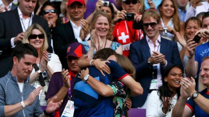 Andy Murray berpelukan dengan sang pacar, Kim Sears