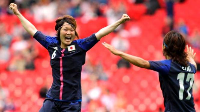 Pemain Jepang, Mizuho Sakaguci (kiri) merayakan golnya ke gawang Prancis