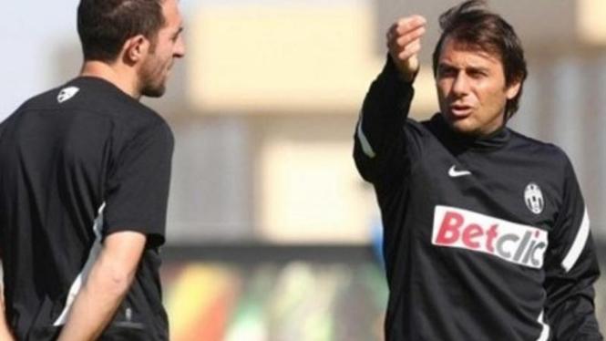 Pelatih Juventus, Antonio Conte (kanan), bersama Cristian Stellini