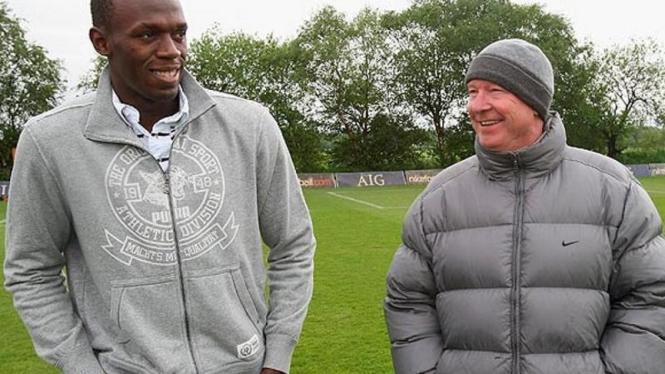 Usain Bolt (kiri) dan pelatih Manchester United Sir Alex Ferguson