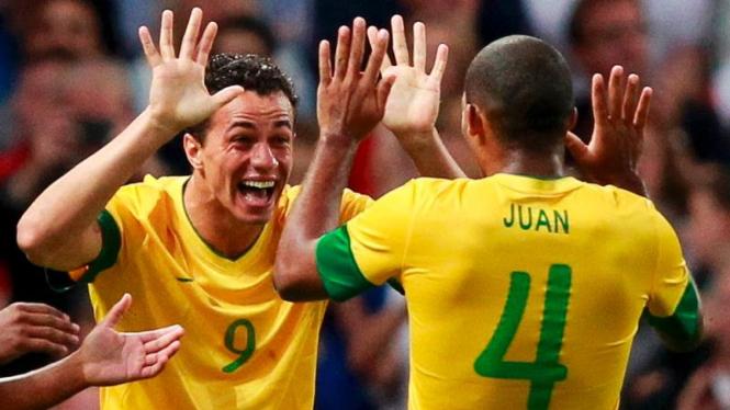 Penyerang Timnas Brasil, Leandro Damiao, merayakan golnya