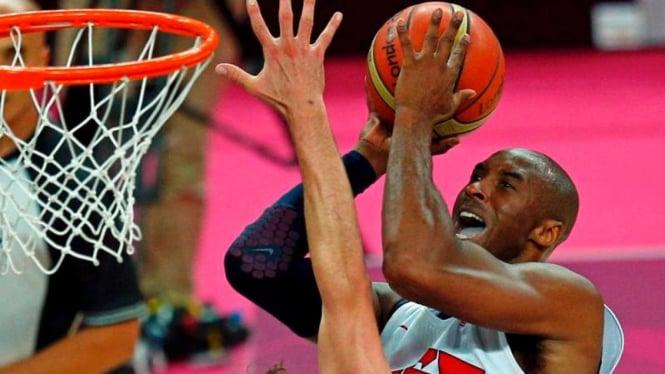Pemain basket AS, Kobe Bryant (putih) di Olimpiade 2012