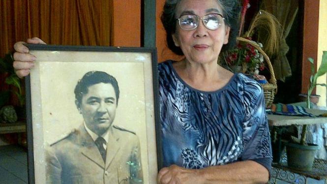 Evie Mamessa dan foto mantan Gubernur DKI Henk Ngantung