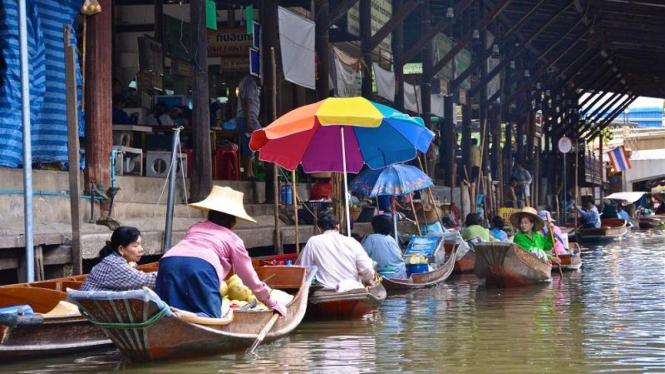 Suasana di Pasar Apung Damneon Saduak