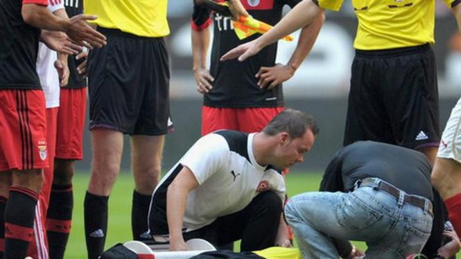 Wasit Christian Fischer mendapat perawatan dari tim medis