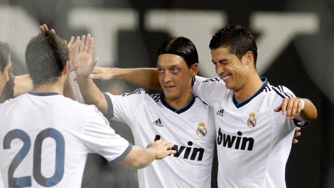 Cristiano Ronaldo (kanan) dan Mesut Oezil merayakan gol