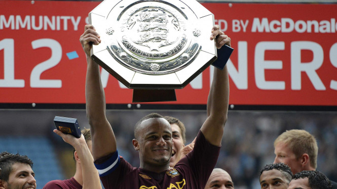 Vincent Kompany mengangkat trofi Community Shield