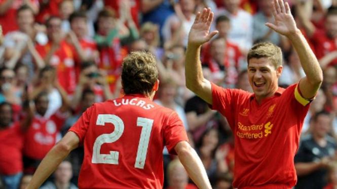 Kapten Liverpool, Steven Gerrard (kiri), bersama Lucas