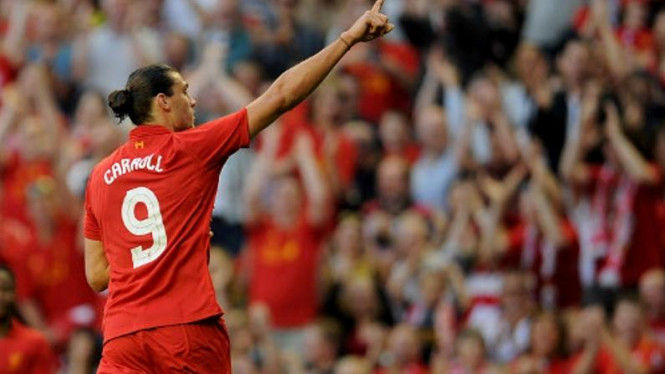 Striker Liverpool, Andy Carroll, merayakan golnya
